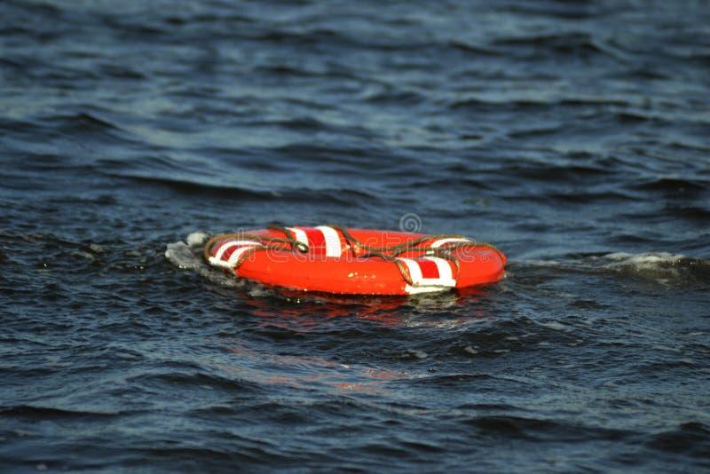 Des Mannes Rettungsgürtel über Bord stockbild