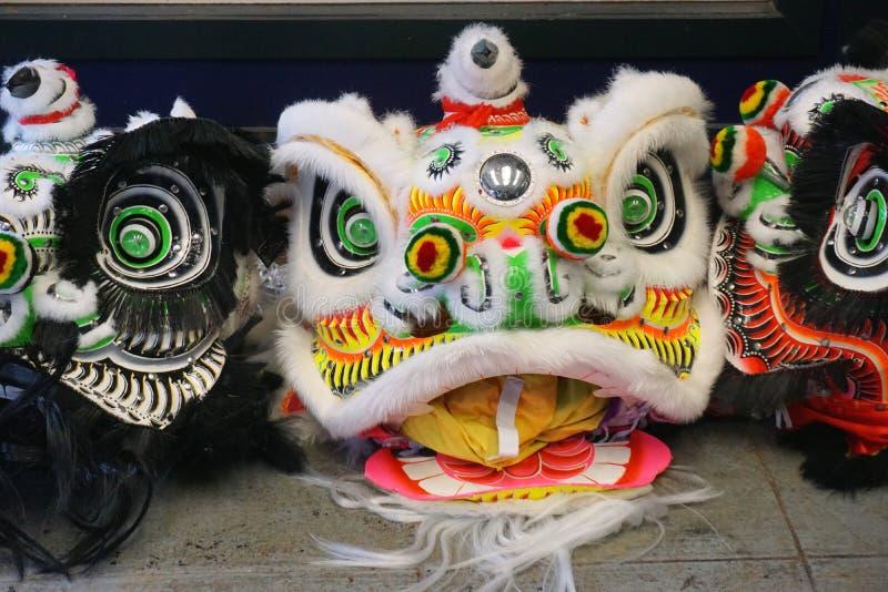 Des masques colorés de danse du lion attendent les danseurs pour célébrer le Nouvel An chinois photos stock