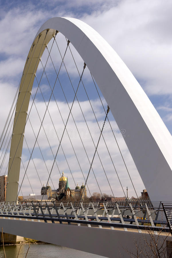 Des Moines Αϊόβα κύρια κυβερνητική για τους πεζούς γέφυρα οικοδόμησης στοκ φωτογραφίες