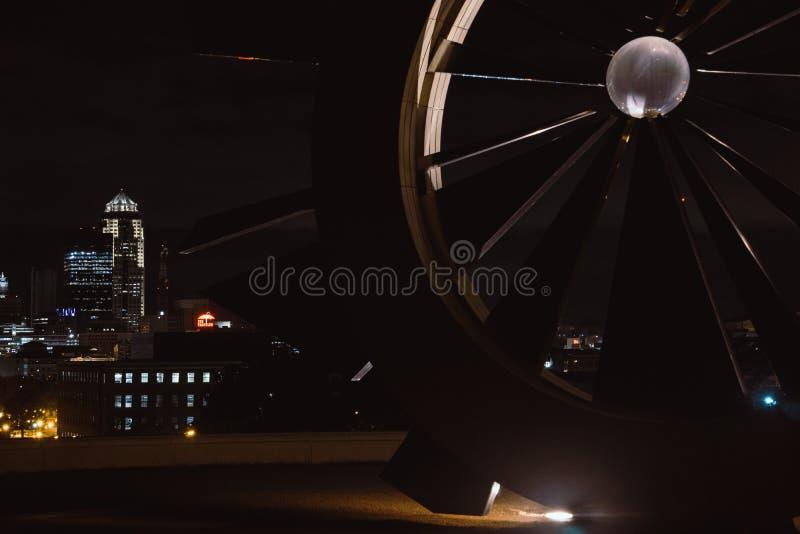 Des Moines, Iowa-Skyline während der Nachtzeit stockfotos