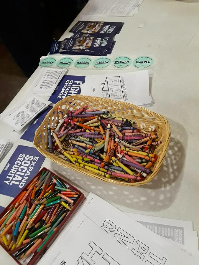 Warren info 4739 c. Des Moines, Iowa / US - February 3, 2020: A table of crayons and Senator Elizabeth Warren  coloring pages for participants in the 2020 Iowa stock photography