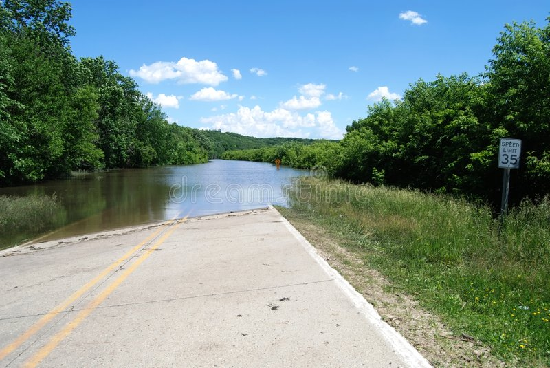 Des Moines River Overstroming over Route 30 van de V.S. stock fotografie