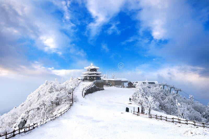 Des montagnes de Deogyusan est couvertes par la neige et le brouillard de matin en hiver photos stock