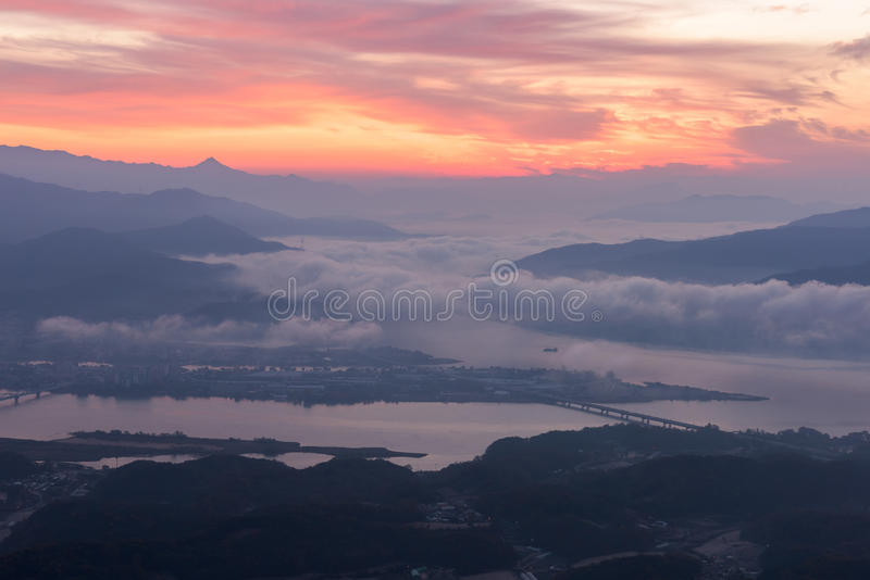 Des montagnes est couvertes par le brouillard et le lever de soleil de matin à Séoul, Corée photo stock