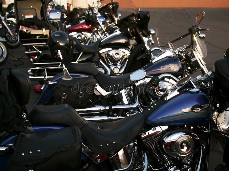 Des motos lourdes sont alignées image stock