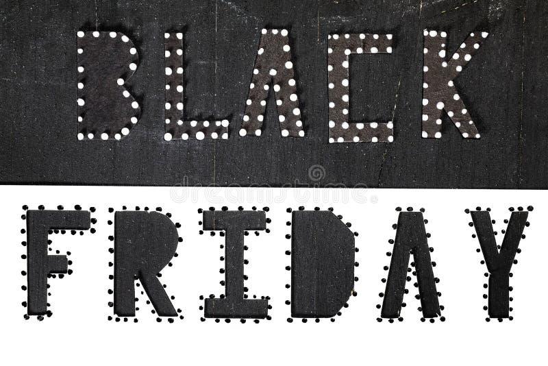 Des mots BLACK FRIDAY sont coupés du papier noir de carton photographie stock