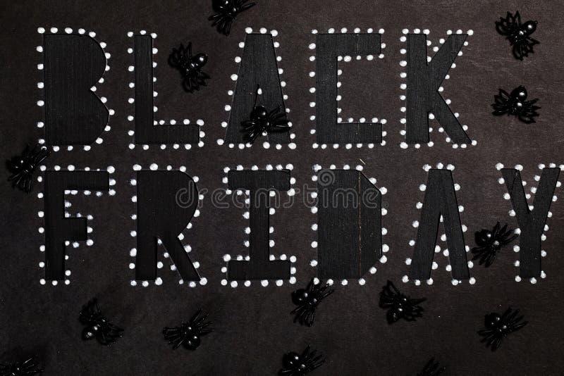 Des mots BLACK FRIDAY sont coupés du papier noir de carton photo libre de droits