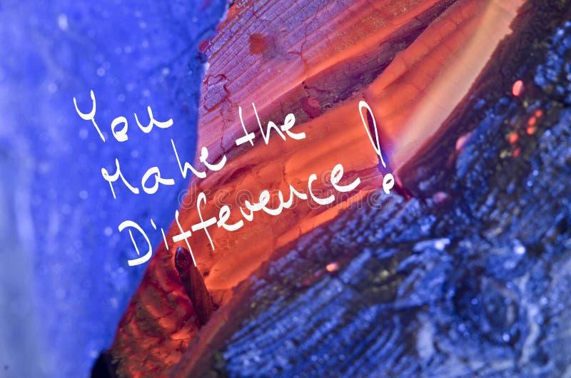 Des mots vous faites la différence ! manuscrit sur le fond en bois de brûlure rouge photographie stock libre de droits