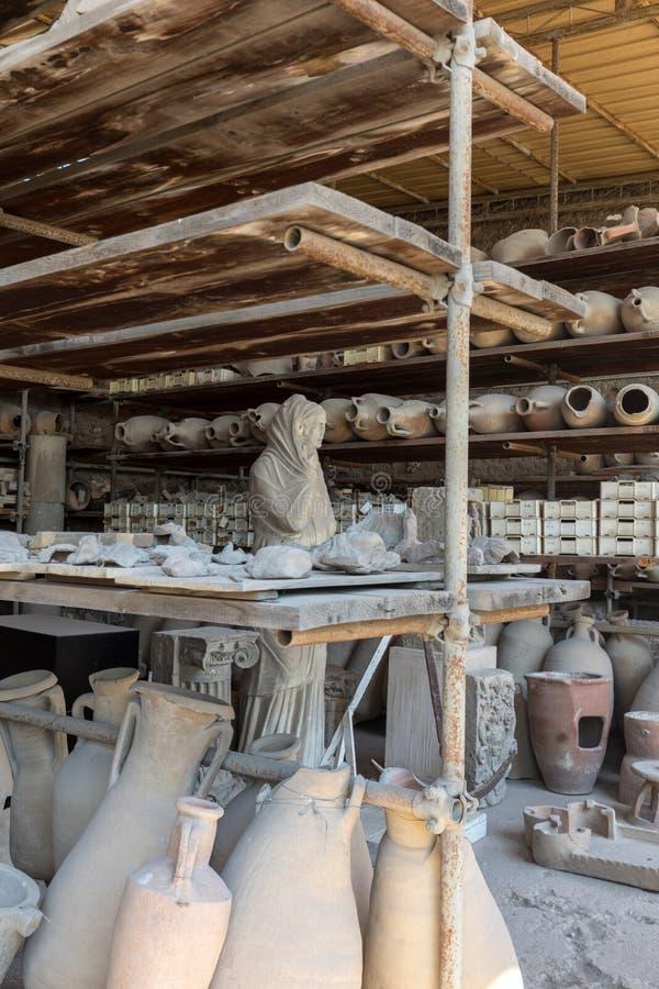 Des navires, les pots et un grand choix d'objets fa?onn?s survivant ? l'?ruption du V?suve ? Pompeii ont ?t? excav?s et catalogu? photo libre de droits