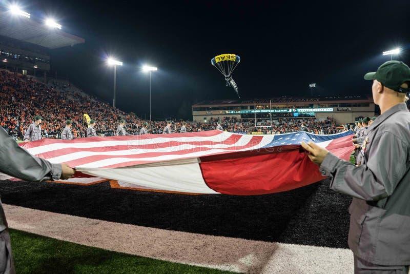 Des Navy Seals parachutent dans le Reser Stadium images stock