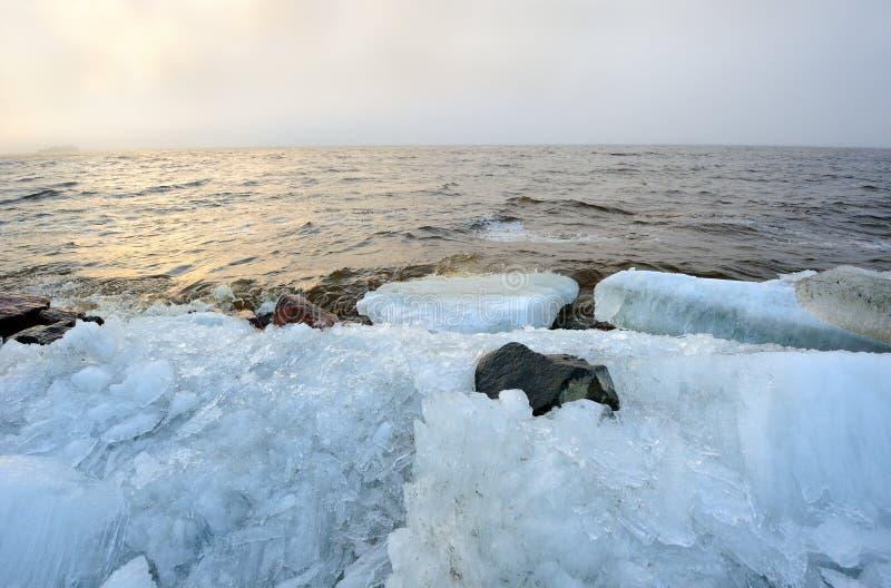 Des nebeligen baltische Küstenlandschaft Schutteises der Dämmerung stockbild
