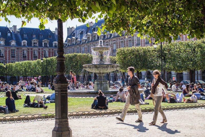 DES no lugar dando uma volta Vosges, Paris imagem de stock royalty free