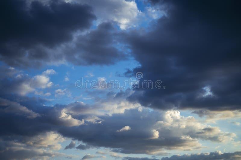 Des nuages étonnants dans un ciel tempéré photos stock