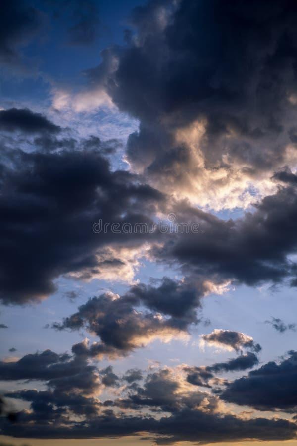 Des nuages étonnants dans un ciel tempéré image stock