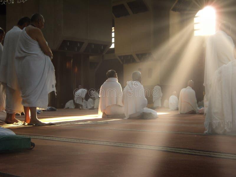 Des pèlerins musulmans en tenue de 'ihram' prient dans l'une des mosquées de Makkah photos stock