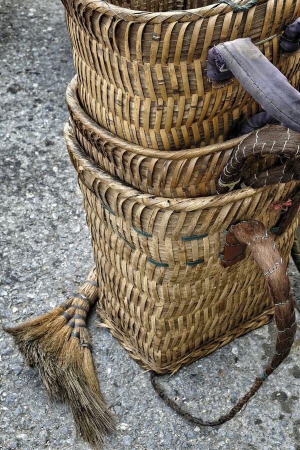 Des paniers en bambou sur le marché de Bac Ha, Vietnam photos libres de droits