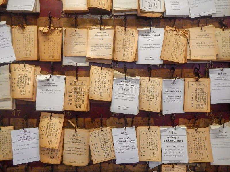 Des papiers de diseur de bonne aventure sticked sur le mur au tombeau en Thaïlande, vieux diseurs de bonne aventure photographie stock