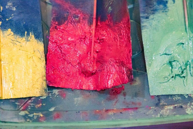 Des peintures d'acteurs sur le papier, préparent pour être appliquées image libre de droits