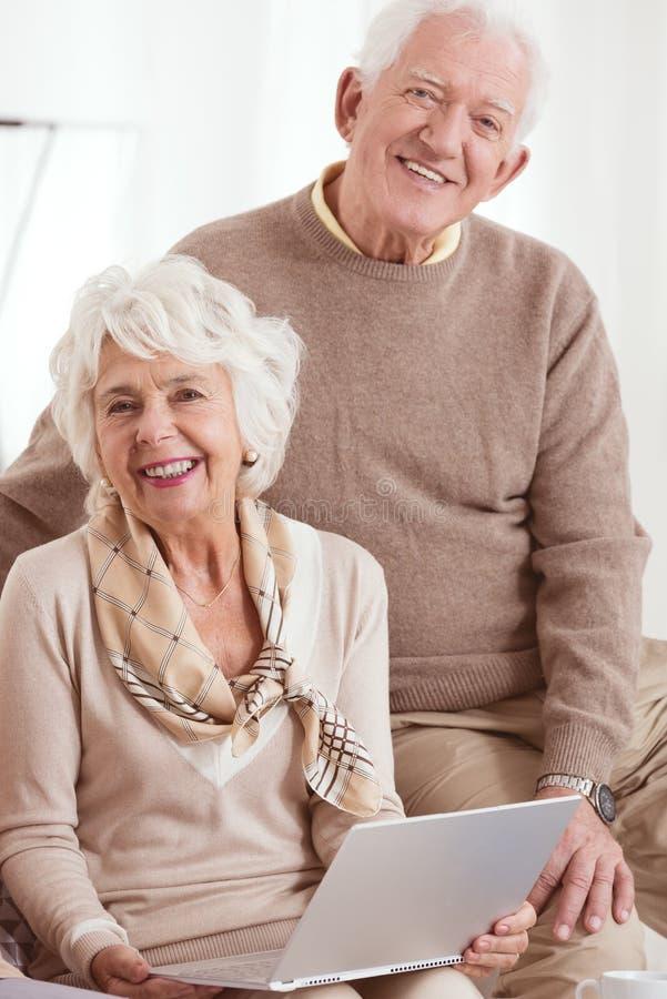 Des personnes plus âgées utilisent l'ordinateur image libre de droits