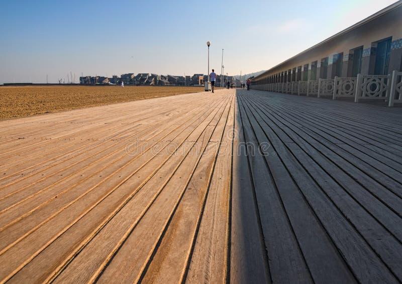 DES Planches de promenade, où des cabinets de plage sont consacrés aux acteurs célèbres et aux réalisateurs qui sont venus à Deau photo libre de droits