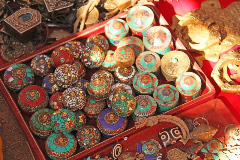 Des poignées de couleur pour des portes et des armoires sont vendues sur le marché en Inde Bazar du Thibet d'Inde de souvenir de  photos libres de droits