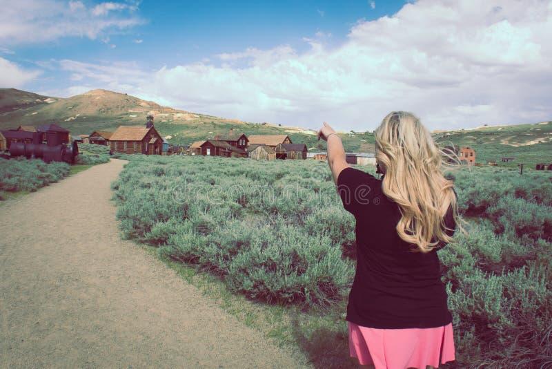 Des points de touristes femelles blonds aux bâtiments plus abandonnés dans la ville fantôme de Bodie California images libres de droits
