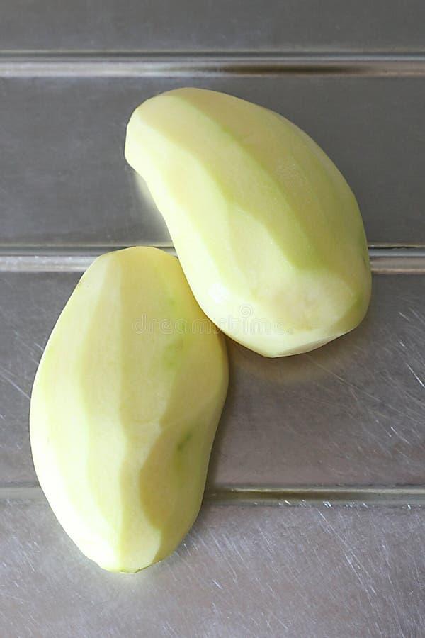 Des pommes de terre épluchées et préparent pour être faites cuire photos libres de droits