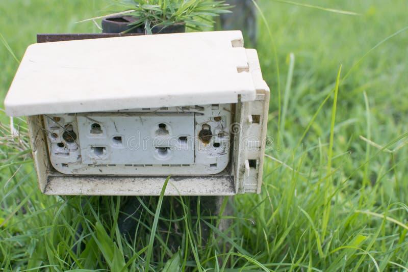 Des prises électriques sales thaïlandaises de prise sont montées dans le p images stock