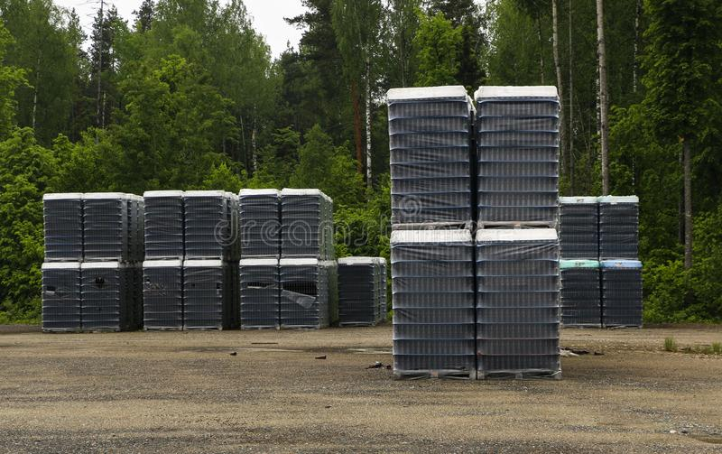 Des produits finis des bouteilles propres sont emballés dans des palettes Les supports avec des bouteilles sont dans le secteur a photographie stock