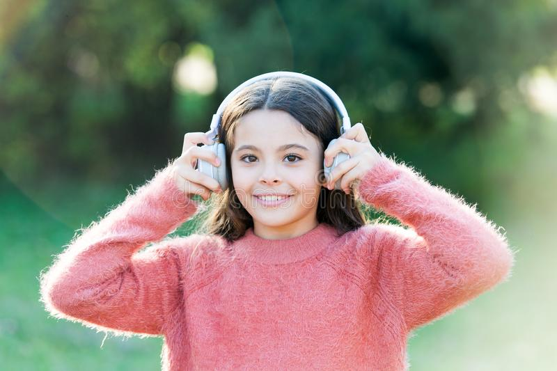 Des raisons vous devriez utiliser des écouteurs Les écouteurs ont changé le monde Les écouteurs apportent l'intimité aux espaces  photos stock