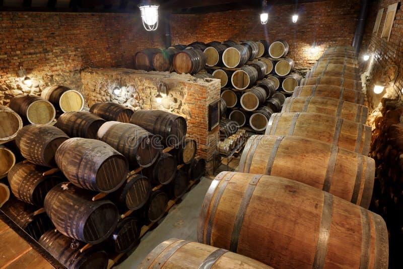 Des rangées des barils alcooliques sont maintenues dans les actions distillerie Cognac, whiskey, vin, eau-de-vie fine Alcool dans photo stock