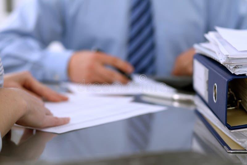 Des reliures avec des papiers attendent pour être traitées par des comptables de retour dans la tache floue Budget de planificati images libres de droits
