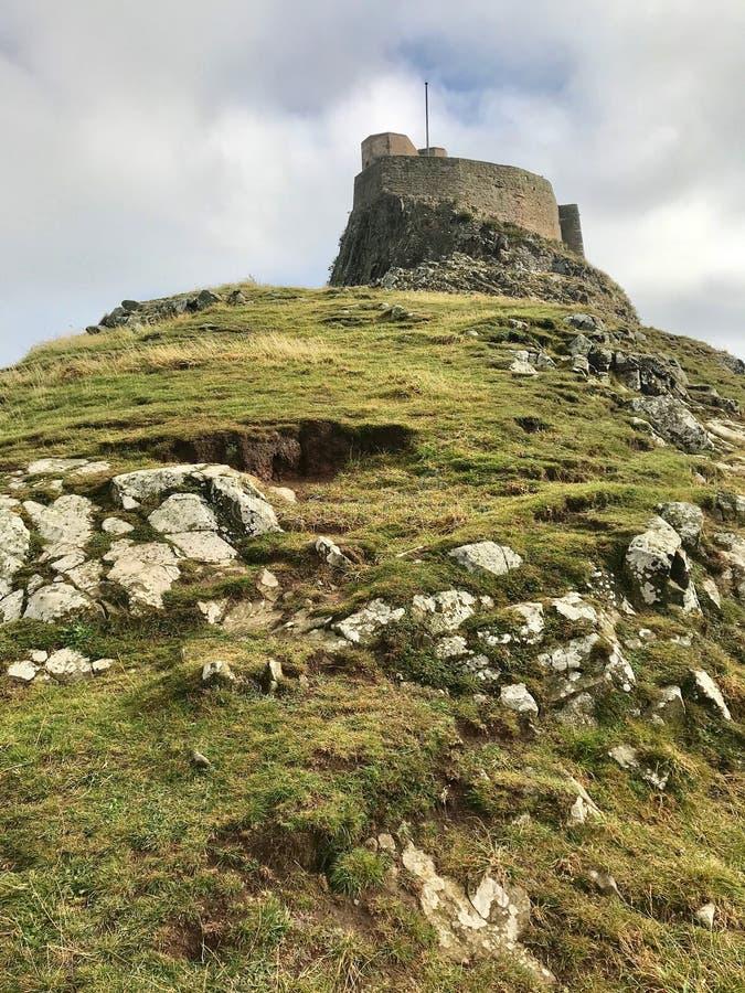 Des rochers marquent la fondation du château de Lindisfarne photographie stock