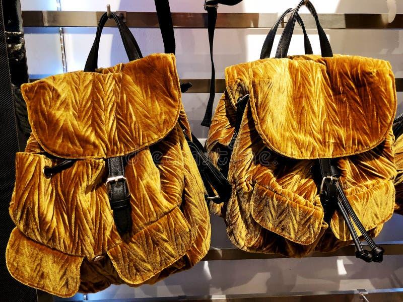 Des sacs à dos du ` s de femmes d'or est vendus dans le magasin Foyer sélectif photographie stock