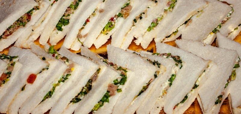 Des sandwichs savoureux préparent pour être appréciés, placé sur un plateau, le sandwich, pain bourré de ce qui est considéré le  photo libre de droits