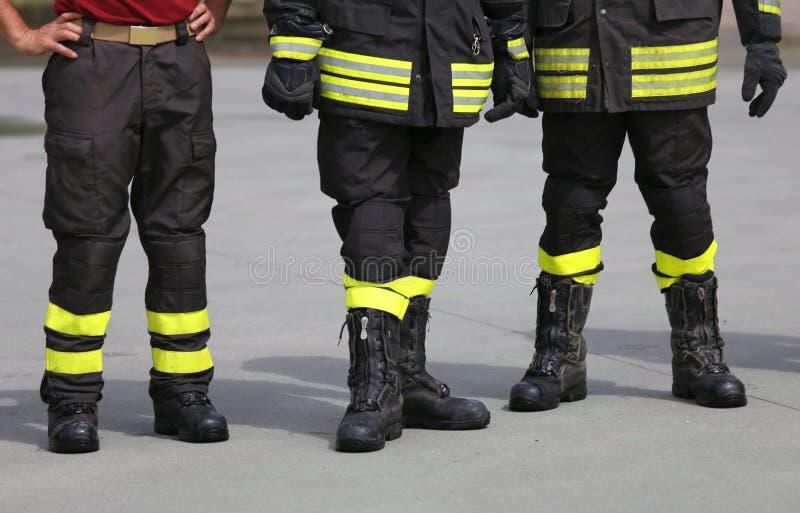 Des sapeurs-pompiers se sont appelés pour aborder la flamme image stock