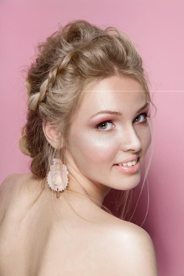 Des Schönheitsfrauen-Lächelns des blonden Haares nettes zartes Porträt stockfotos
