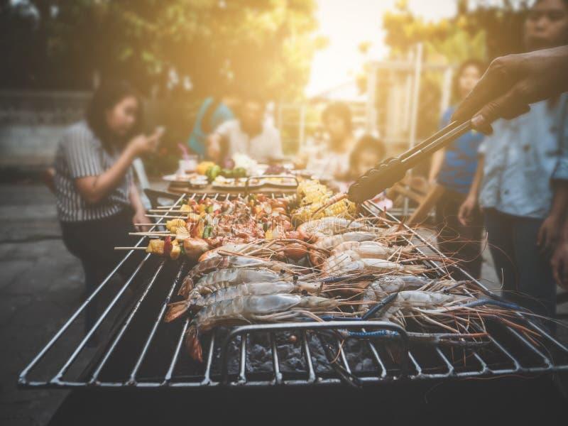 Des Sommerfamilienabendessens BBQ-Partei glücklicher Weinleseschweinestall zu Hause im Freien stockbilder