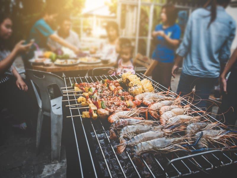 Des Sommerfamilienabendessens BBQ-Partei glücklicher Weinleseschweinestall zu Hause im Freien lizenzfreies stockfoto