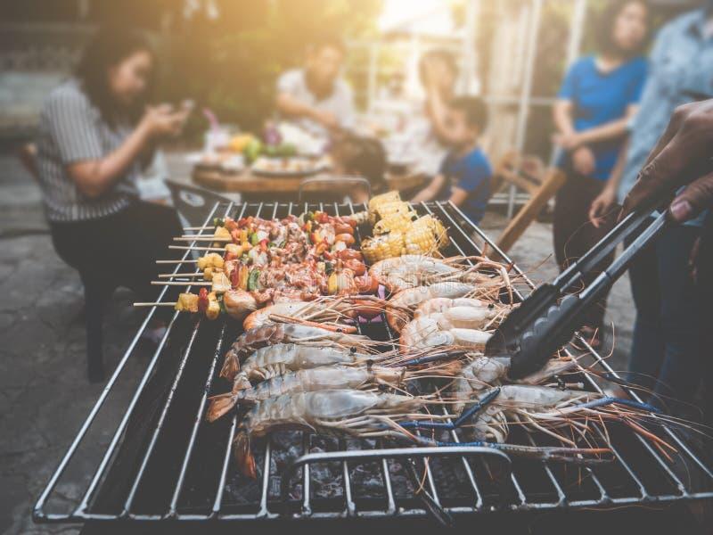 Des Sommerfamilienabendessens BBQ-Partei glücklicher Weinleseschweinestall zu Hause im Freien stockbild