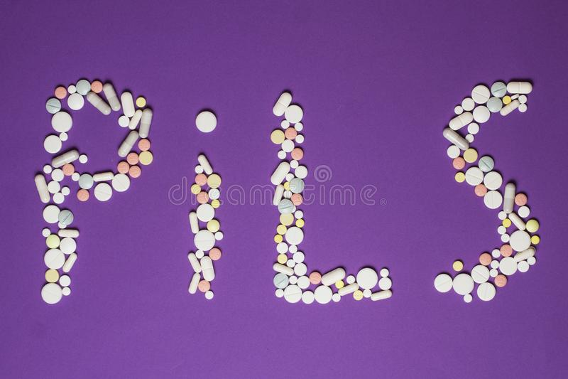 Des Tablettes sont présentées dans les pilules de comprimé photo stock