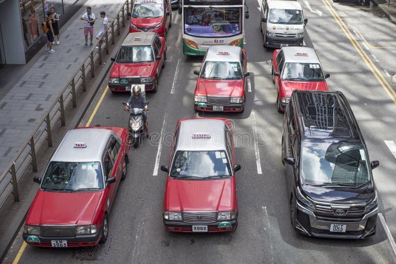 Des taxis de Hong Kong sont arrêtés à une lumière rouge, vue d'un pont, vu d'un pont photographie stock