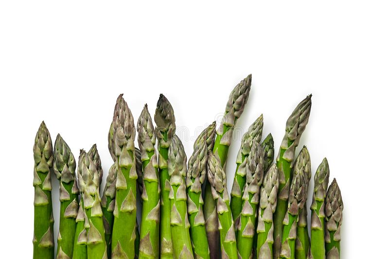 Des tiges comestibles et crues d'asperge d'isolement sur le fond blanc photographie stock