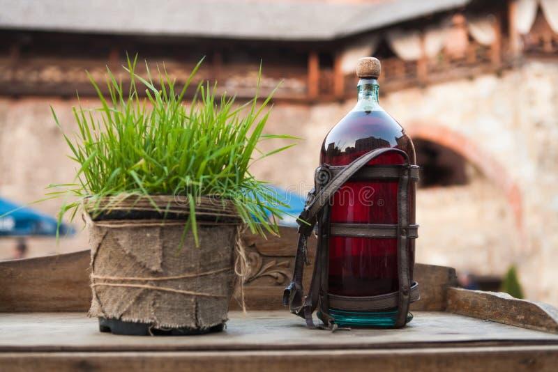 des Tinkturwodkas des Alkoholflaschenweingetränks natürliches rustikales des roten organischen Likör-Alkohols stockbilder