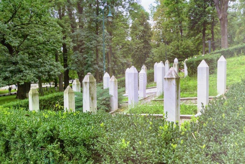 Des tombes de guerre musulmanes dans un jardin à Sarajevo, en Bosnie-Herzégovine image stock