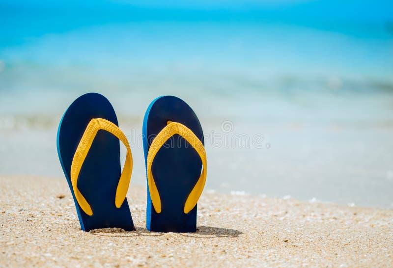 Des tongs sur la plage de sable blanc photographie stock