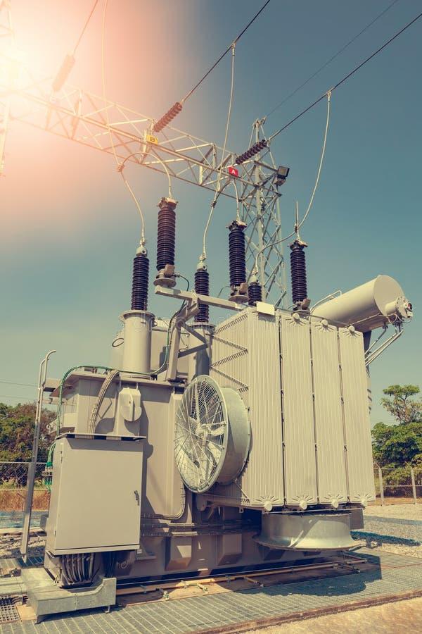 Des transformateurs de puissance sont installés aux centrales  Services pour convertir la pression de convenir pour l'usage images libres de droits
