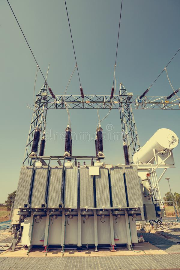 Des transformateurs de puissance sont installés aux centrales  Services pour convertir la pression de convenir pour l'usage images stock
