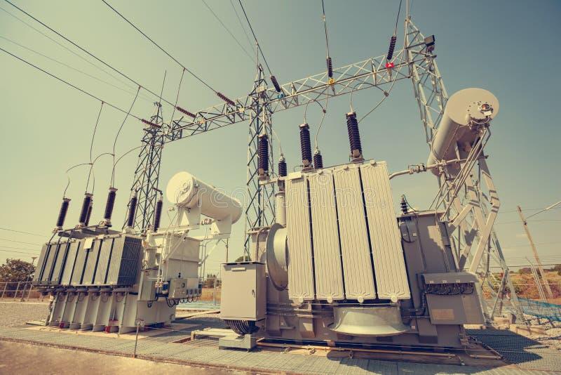 Des transformateurs de puissance sont installés aux centrales  Services pour convertir la pression de convenir pour l'usage image libre de droits