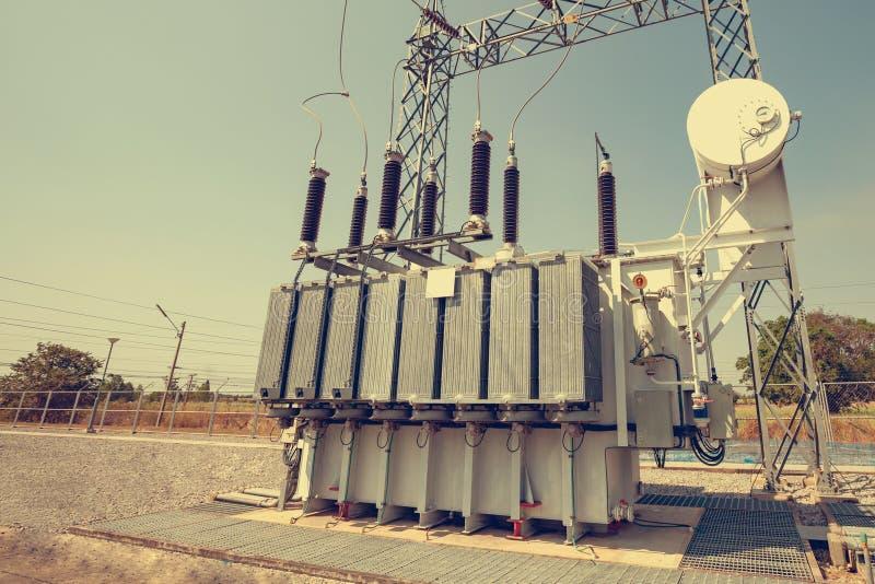 Des transformateurs de puissance sont installés aux centrales  Services pour convertir la pression de convenir pour l'usage photos libres de droits